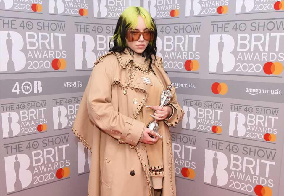 Billie Eilish cambia de look y se pasa al rubio platino