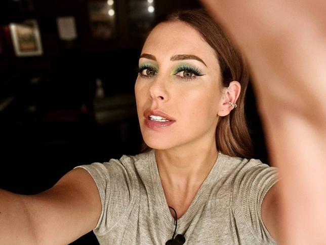 Vestido negro midi y gabardina, el look low cost (y muy cómodo) de Blanca Suárez perfecto para el entretiempo