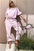 Quién dijo que el chándal rosa no tenía estilo: dos trucos de estilismo para quitarse años y estilizar la figura con joggers y sudadera básicos