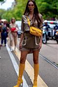 Tenemos el truco de estilo que va a alucinar a tus amigas esta primavera: vestido camisero y falda mini para lucir pierna y estilizar la figura