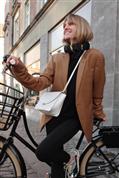 Si piensas coger la bici esta primavera, tu mejor amiga va a ser una blazer oversize y un casco infalible que te va a sorprender