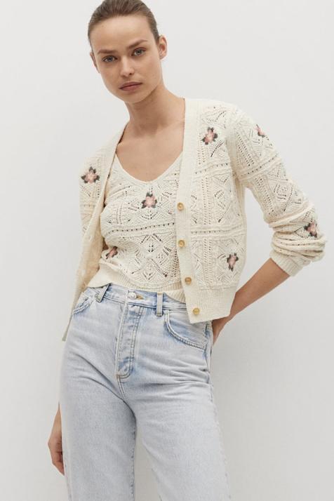 En color crudo y con bonitas flores, este conjunto de top y cárdigan de crochet promete arrasar entre las perchas de Mango