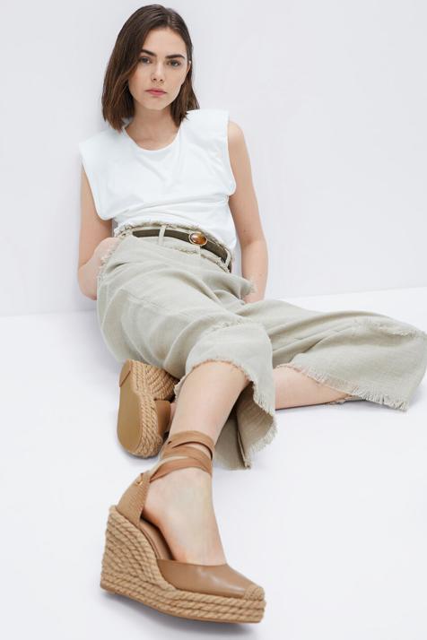Uterqüe marca tendencia y nos presenta las tres cuñas más cómodas que hacen piernas infinitas y prometen arrasar esta primavera