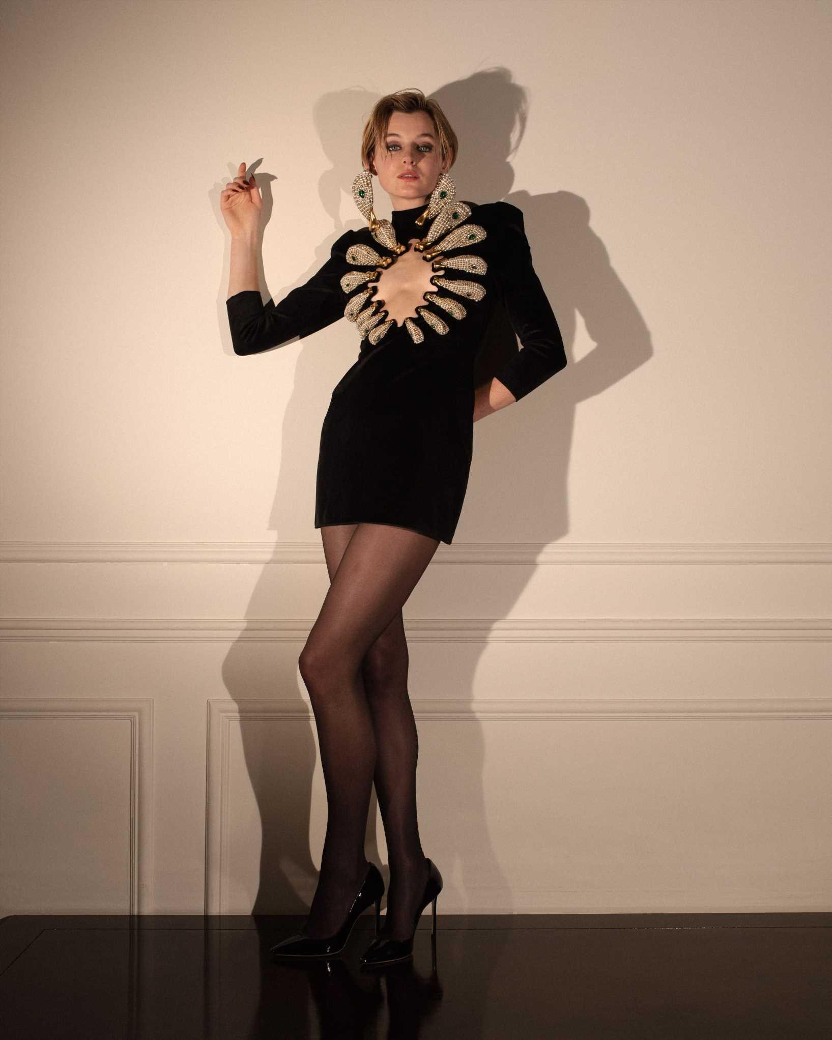 Emma Corrin apuesta un atrevido vestido de Schiaparelli