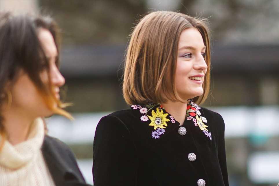 Emma Corrin en los Globos de Oro: un look lleno de significado