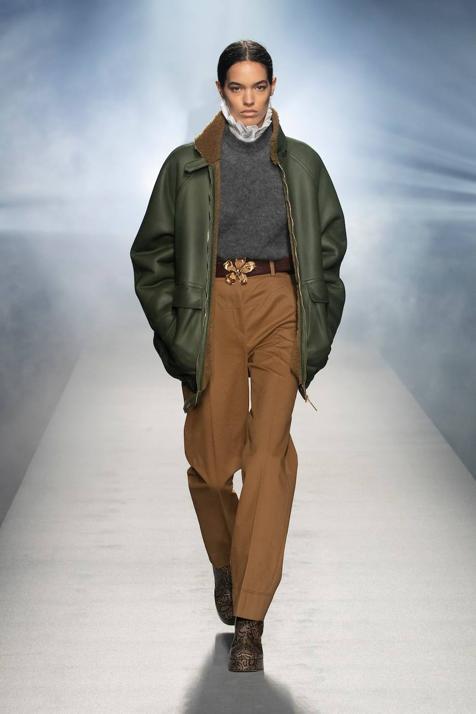 Semana de la moda de Milán: las faldas midi, los pantalones de cuero, las sobrecamisas de ante y otros conjuntos de la última colección de Alberta Ferretti que vas a desear que muy pronto inspiren a tus marcas low cost favoritas