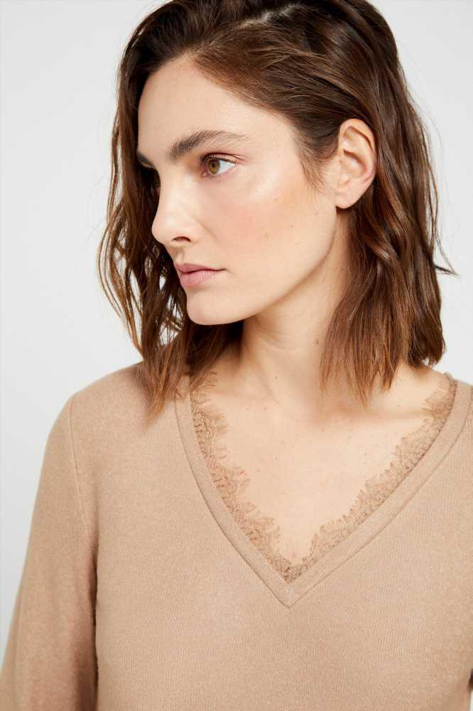 Llevas años buscando uno: el jersey fino lencero que eleva tus looks cuesta 16 € en las rebajas de Cortefiel