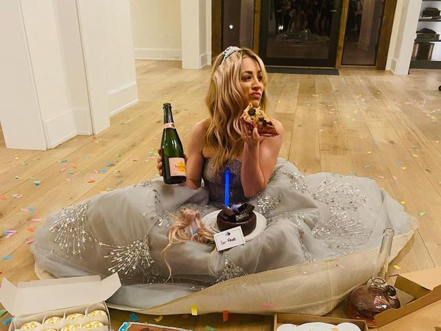 Globos de Oro 2021: del pijama con perro y novia de Jodie Foster al desfile en ascensor de Rosemund Pike (sin dejarnos la pizza de Kaley Cuoco), estos son los mejores memes que nos ha dejado la gala de premios más rara y absurda