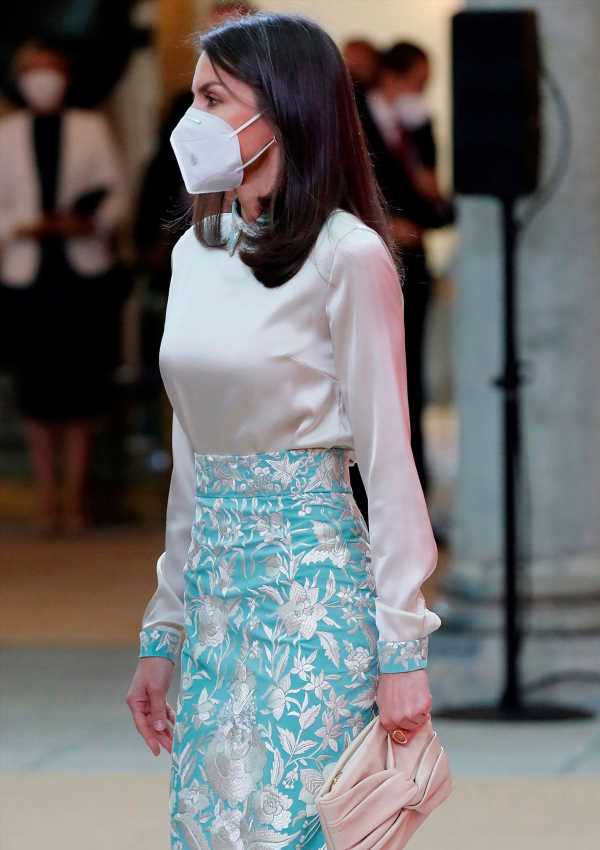 Letizia, todo un éxito al convertir un mantón de Manila en falda (gracias a Duyos)