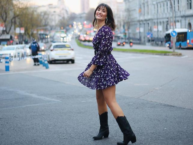 El vestido mini más floral de Nagore Robles tiene las mangas que rejuvenecen y estilizan los brazos