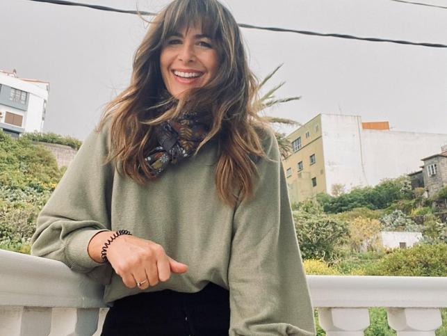 Jersey de Mango y los pantalones negros que mejor sientan: Nuria Roca tiene el look de entretiempo más cómodo y favorecedor
