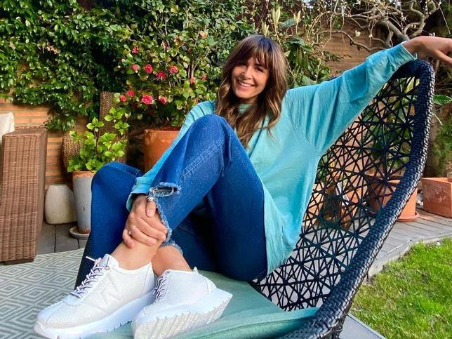 Nuria Roca consigue un look de entretiempo rejuvenecedor que quita 10 años con unos favorecedores vaqueros flare y las zapatillas 'made in Spain' más cómodas