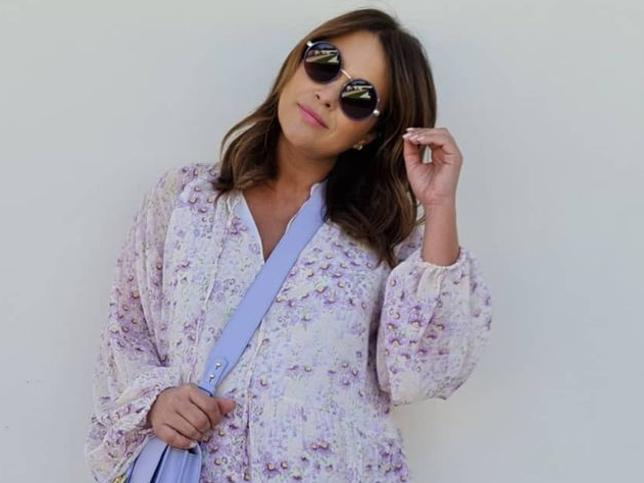 El vestido mini de flores más bonito y que queda bien con botas y zapatillas es de H&M y lo tiene Paula Echevarría