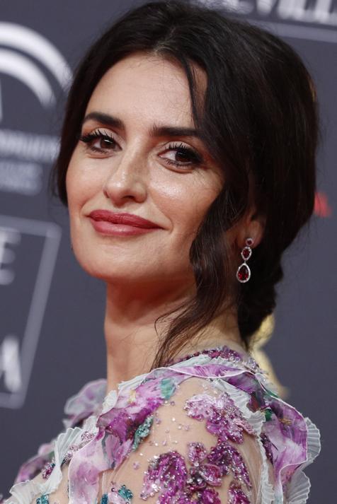 Mechas balayage, flequillo cortina y media melena rejuvenecedora: Penélope Cruz tiene el look que más nos gusta para llevar a los 40