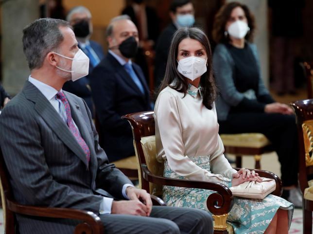 No importa que este look hecho con un mantón de Manila que le regalaron en su boda sume años a la Reina Letizia, lo importante es el podereso mensaje oculto que lanza con él
