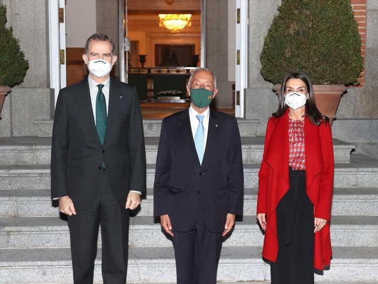 La reina Letizia apuesta todo al rojo en su inesperada cita con el presidente portugués