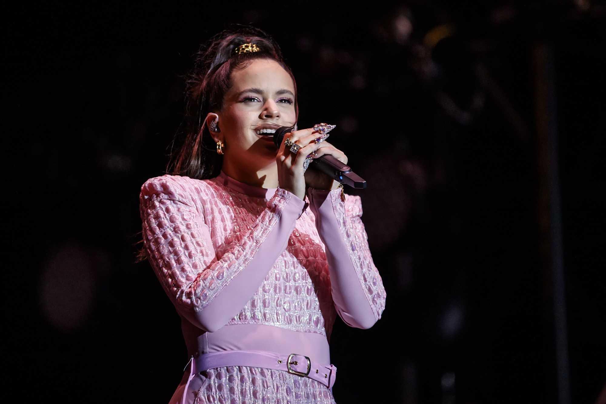 Rosalía confirma que las faldas midi con abertura son tendencia