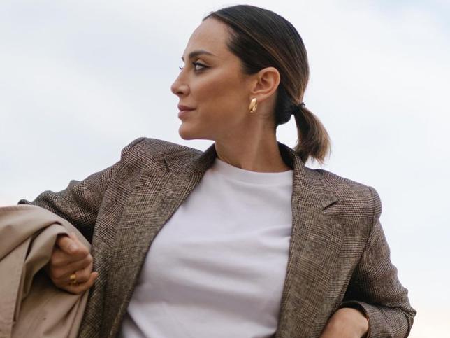 Si necesitas una chaqueta de entretiempo, ficha la gabardina low cost de H&M que tiene Tamara Falcó