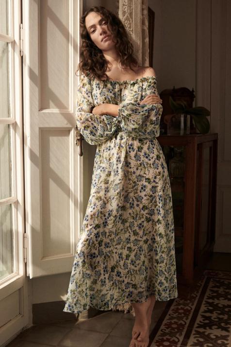 Con estampado floral y manga abullonada, este vestido midi de Mango con la espalda abierta promete ser tu mejor aliado para esta primavera