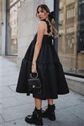 Los vestidos negros de primavera que nos vamos a poner ya con blazer y botas militares arrasan por una buena razón: hacen más delgada y rejuvenecen a partir de los 50
