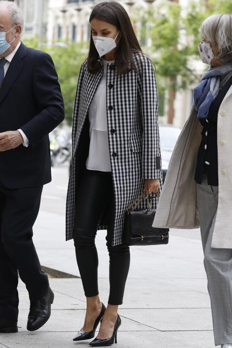 A favor o en contra de los pantalones pitillo de Letizia: la versión alternativa de su look con gabardina cuadros vichy