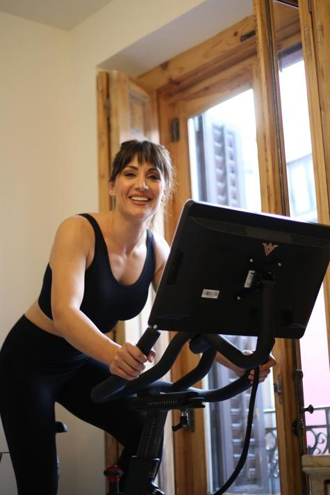 Así entrena Nagore Robles en casa con su bicicleta estática indoor para tonificar en menos de media hora piernas y glúteos con este método sencillo para principiantes