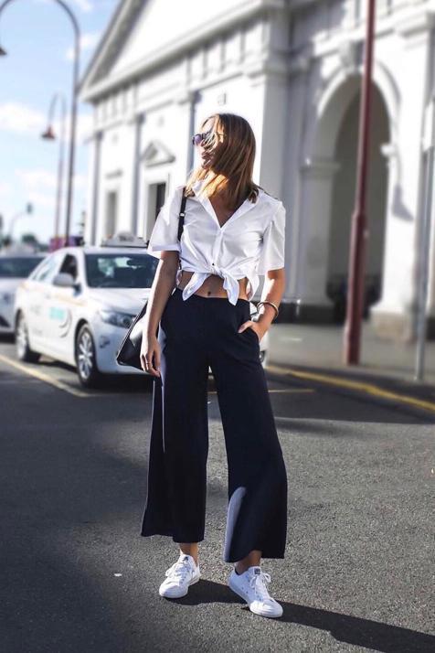 Cuatro pantalones de Zara con los que vas a conseguir un estilismo envidiable con una camiseta blanca