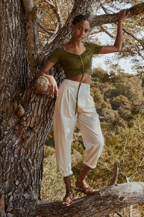 Cuatro tops verdes perfectos para apostar por la combinación de moda y ponértelos con tus pantalones y faldas beige