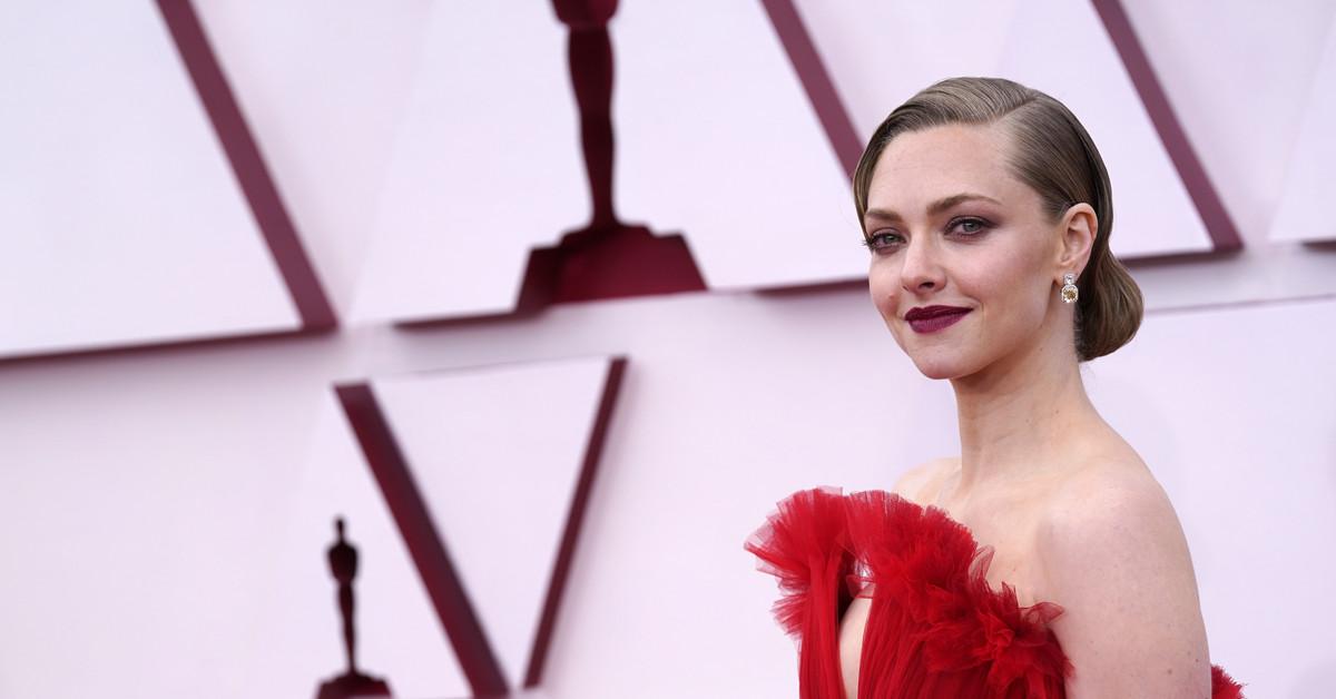 De los labios rojos de Amanda Seyfried a la manicura gótica de Paul Raci: los mejores looks de belleza de los Oscar 2021