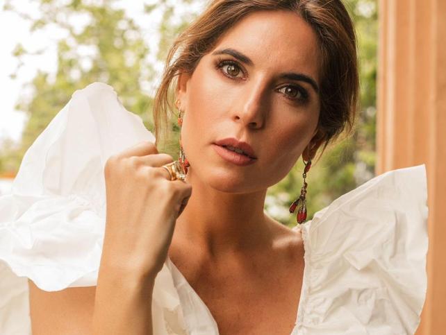 El bonito vestido midi de lunares de Lourdes Montes que podrás llevar como look de invitada y para el día a día con zapatillas