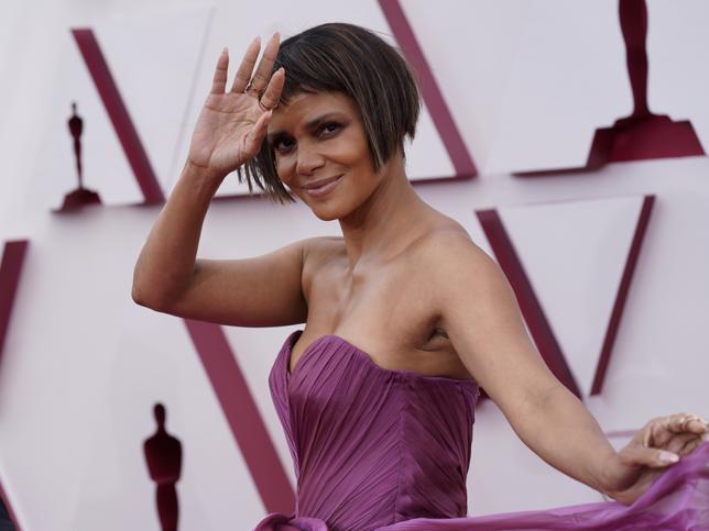 El cambio de look radical de Halle Berry en los Oscars 2021: corte bob a capas con el flequillo mini que rejuvenece a los 50