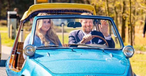 El divertido paseo de la princesa Amalia con Guillermo de Holanda en el coche que usaba la familia real en los 70