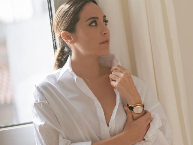 El look rejuvenecedor de Tamara Falcó con vaqueros rotos, blazer y stilettos que le queremos copiar para este fin de semana