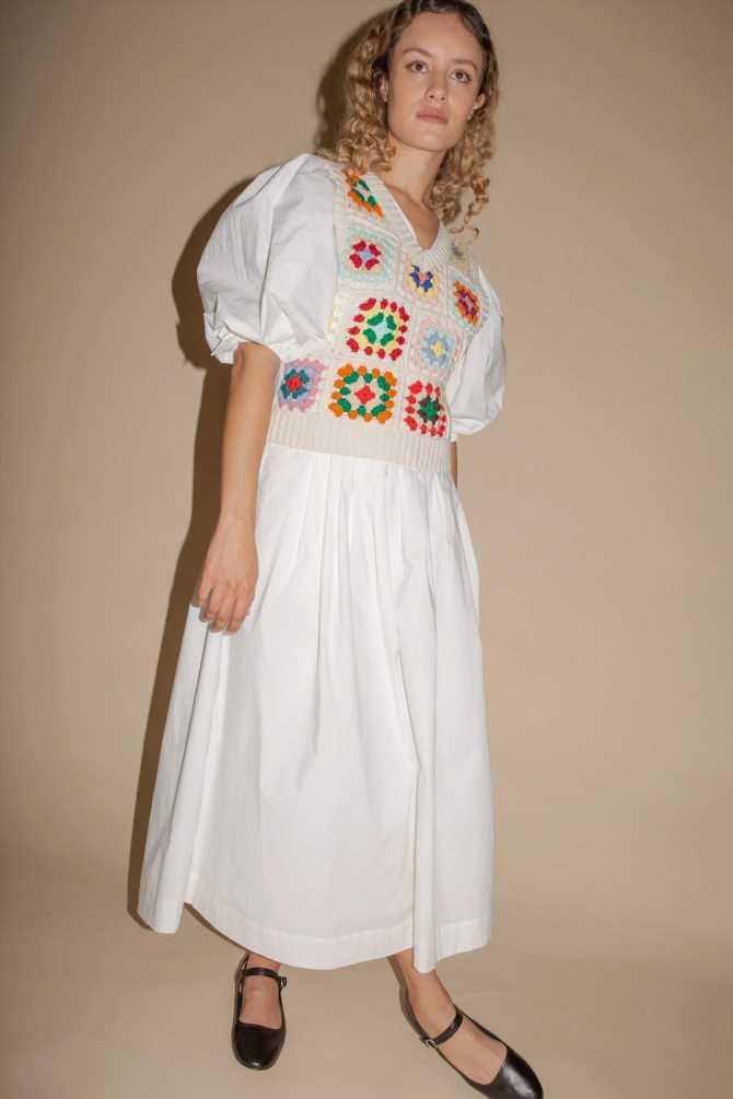 El vestido blanco con chaleco de crochet de Zara y Stradivarius