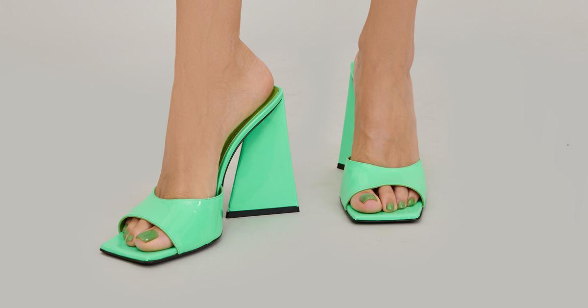 Estas mules son los zapatos de tacón (cómodo) más buscados: el éxito de los 'Devon' de The Attico (y dónde encontrarlos)