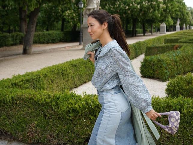 Este look de Mango con falda midi vaquera y blusa de flores es perfecto (y muy barato) para el entretiempo