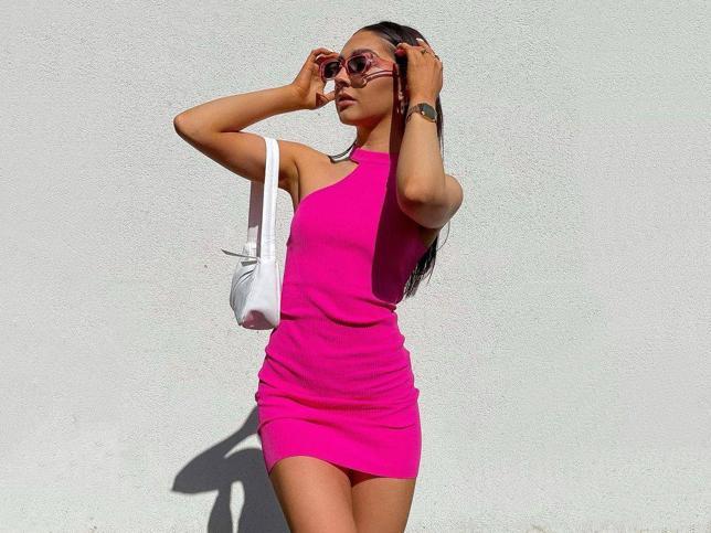 Este vestido de Bershka ha enamorado a Instagram porque sienta igual de bien con zapatos como con deportivas