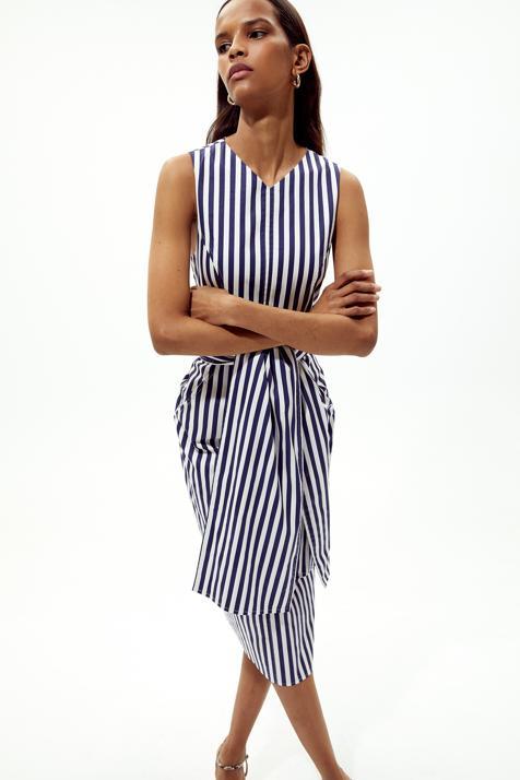 Este vestido de rayas verticales de Sfera nos ha enamorado porque estiliza la figura a más no poder y rejuvenece a partir de los 50