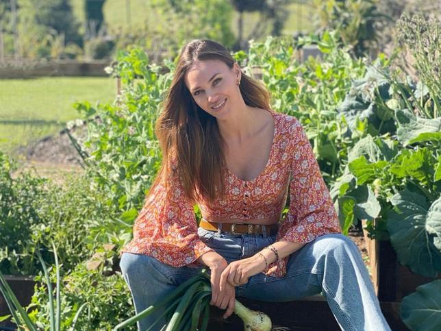 Helen Lindes tiene la blusa de flores que mejor queda con vaqueros y que es perfecta para primavera