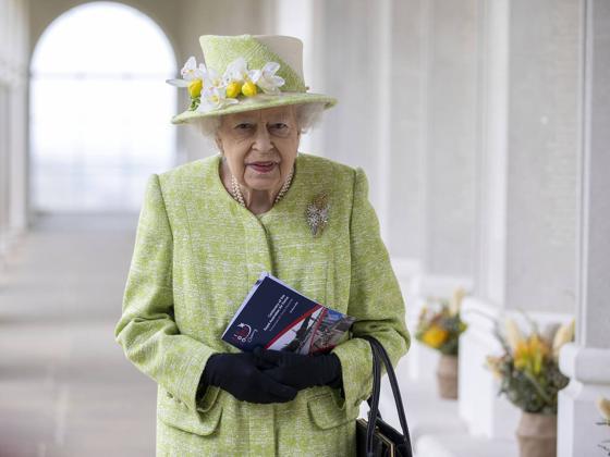 Isabel II cumple con sus deberes tras la muerte de Felipe de Edimburgo y nombra Lord Chamberlain a un espía