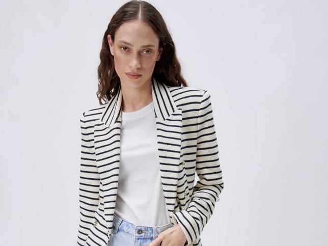 La blazer de rayas marineras de Zara más bonita para el entretiempo ya la lleva Ana Milán y queda ideal con cualquier vaquero