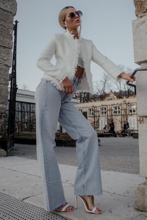 La chaqueta cropped de Zara perfecta para tus total looks en blanco que va a elevar cualquier estilismo con vaqueros