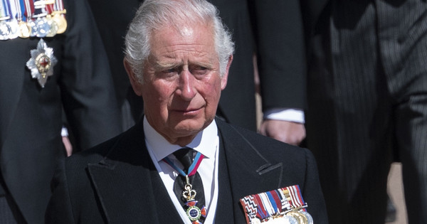 Las lágrimas del príncipe Carlos en la despedida de su padre