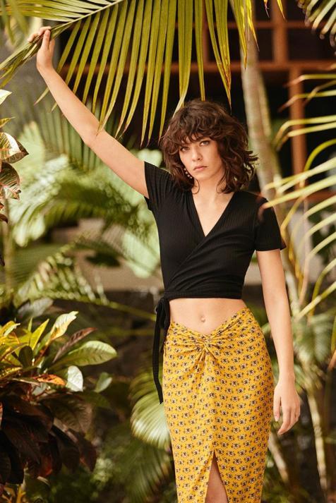 Lefties también se une a la tendencia de falda nudo que sienta de maravilla con tres estampados tan primaverales como apetecibles