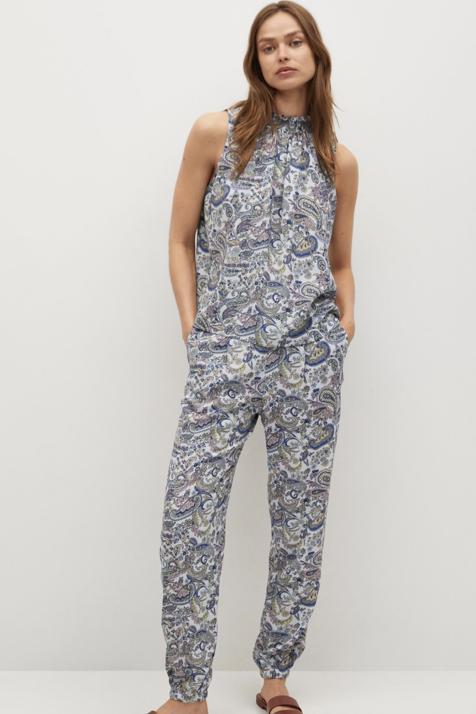 Mango tiene el conjunto definitivo: un pantalón y un top con estampado paisley en azul celeste que estiliza y sienta de maravilla