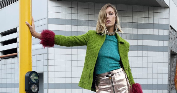 Mezclas imposibles, prendas brillantes y tejidos de tweed: las tendencias del otoño 2021 están todas en Saint Laurent