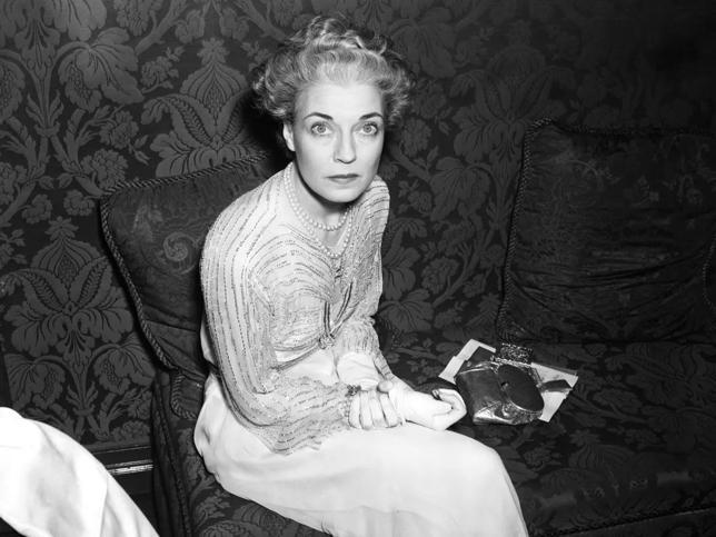 Mona von Bismarck, la 'condesa de Kentucky': la mujer mejor vestida del mundo según Coco Chanel que se casó cinco veces, fue retratada por Dalí y enterrada vestida de Givenchy