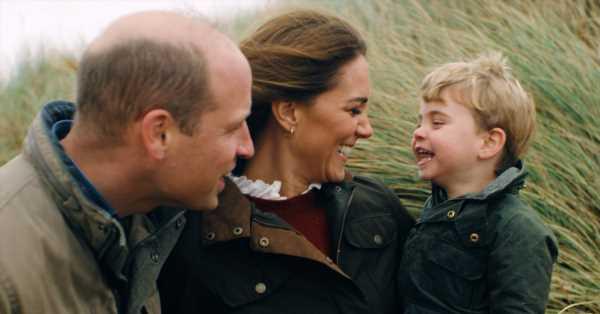 Paseo familiar por la playa, juegos en el jardín y ropa a juego: Guillermo y Kate Middleton publican un bucólico vídeo por su 10º aniversario de boda