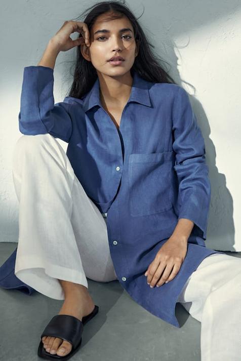 Solo o con tus pantalones de lino favoritos: el blusón de Massimo Dutti que solo puedes comprar online se va a convertir en tu comodín de temporada