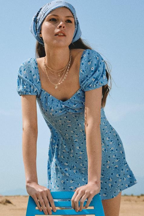 Stradivarius nos presenta el vestido estrella de la primavera: con escote de pico, disponible en ocho estampados y por menos de 16 euros